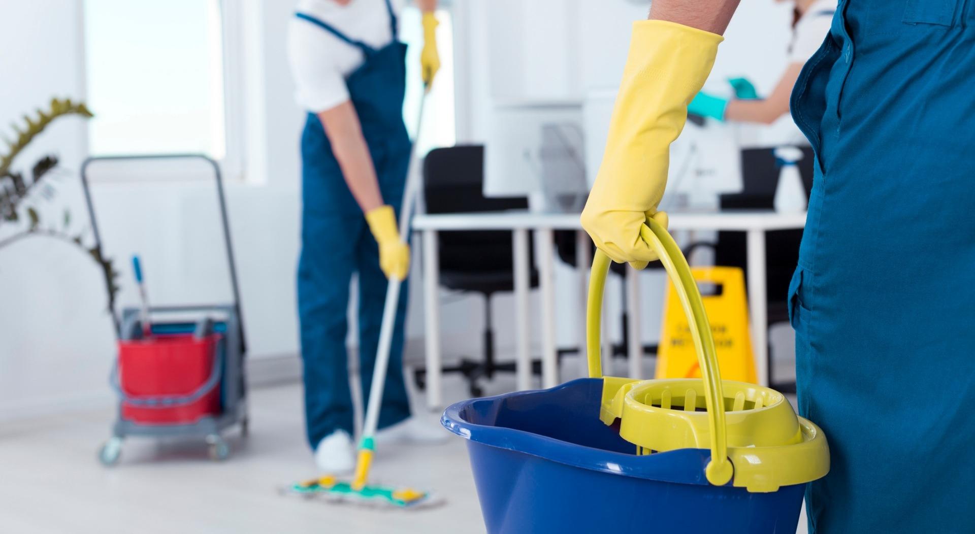 Darbuotojai atliekantys valymo, bei švaros priežiūros darbus